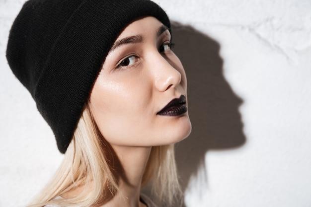 Vue latérale de hipster de profil sur fond gris