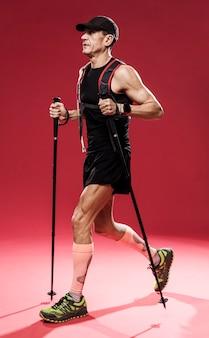Vue latérale homme avec équipement de piste