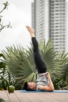 Vue latérale de l'homme faisant du yoga à l'extérieur