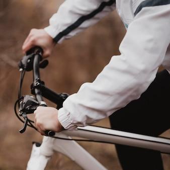 Vue latérale homme monté sur un vélo de montagne