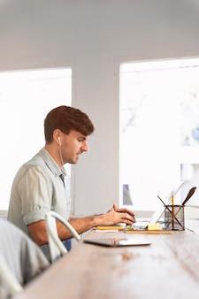 Vue latérale de l'homme travaillant sur un projet à la maison