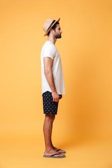 Vue latérale de l'homme en vêtements d'été isolé