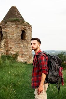 Vue latérale homme visitant le château