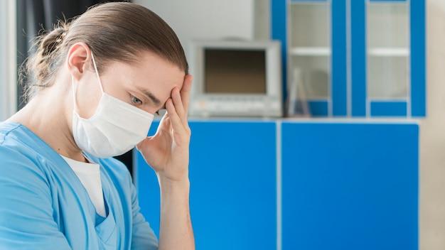 Vue latérale infirmière fatiguée