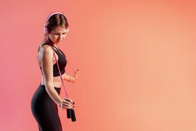 Vue latérale jeune femme avec corde à sauter