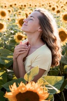 Vue latérale jeune femme dans la nature