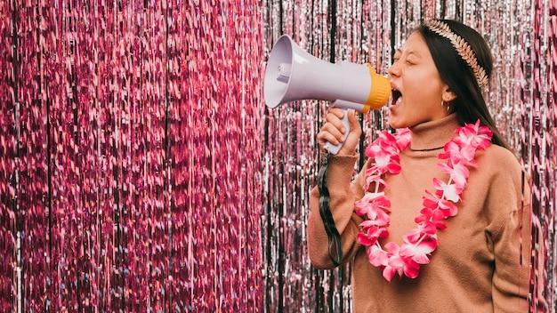 Vue latérale jeune femme avec mégaphone à la fête de carnaval