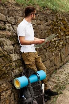Vue latérale jeune homme lisant la carte