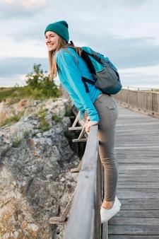 Vue latérale jeune voyageur profitant de vacances