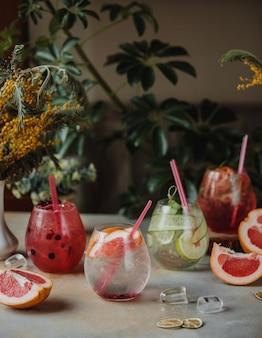 Vue latérale de la limonade au pamplemousse et lme dans des verres sur la tablepg