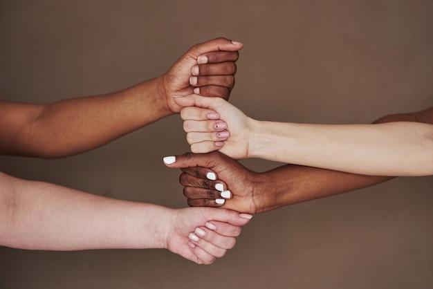 Vue latérale des mains des femmes dans le geste. conception du succès
