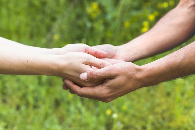 Vue latérale mains gardant dans le champ