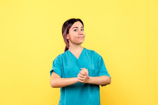 Vue latérale d'un médecin le bon médecin parle de lavage des mains