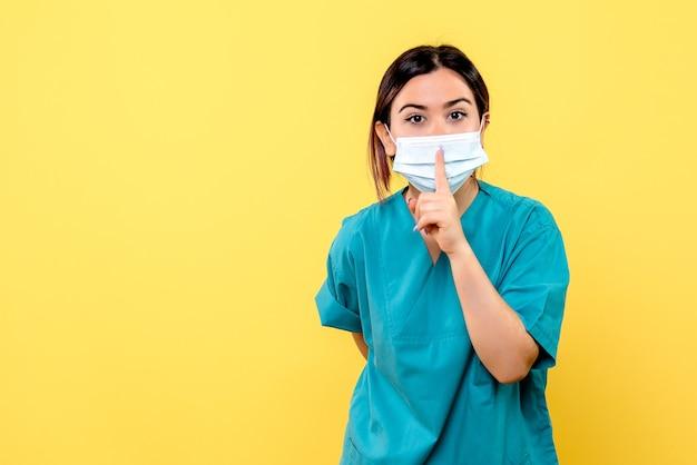Vue latérale d'un médecin connaît les symptômes du coronavirus