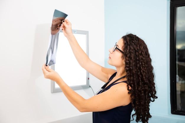 Vue latérale d'un médecin examinant une radiographie