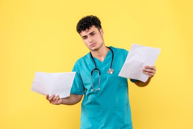 Vue latérale d'un médecin hautement qualifié, un médecin examine les analyses du patient