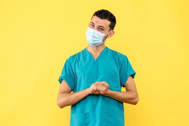 Vue latérale d'un médecin en masque dans l'uniforme médical posant
