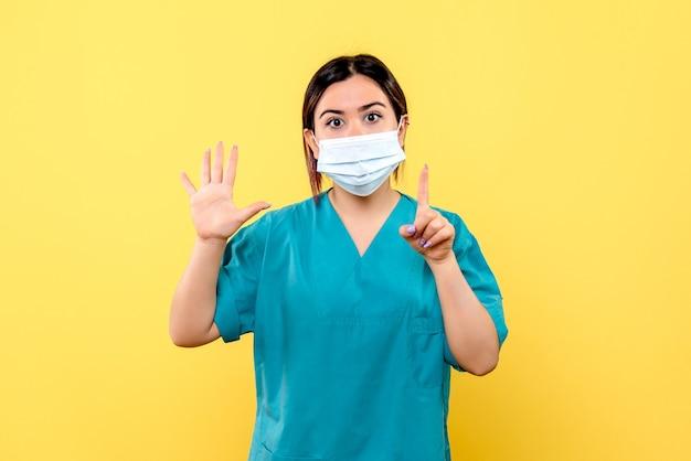 Vue latérale d'un médecin en masque encourage les gens à se laver les mains