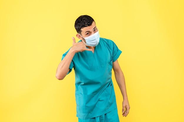 Vue latérale d'un médecin en masque un médecin dit d'appeler une ambulance si vous êtes malade