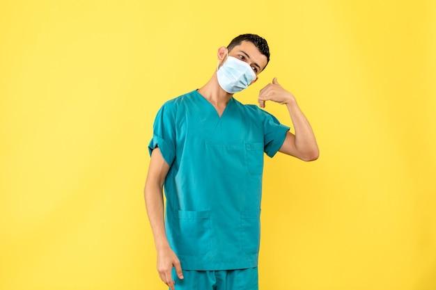 Vue latérale d'un médecin en masque un médecin dit d'appeler une ambulance si vous vous sentez mal