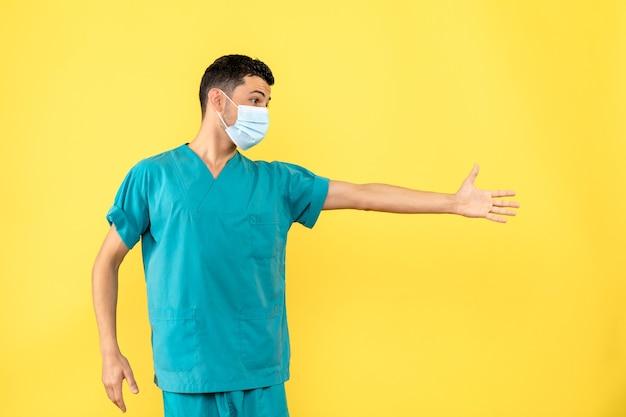 Vue latérale d'un médecin en masque un médecin parle de lavage des mains pendant pamdemic