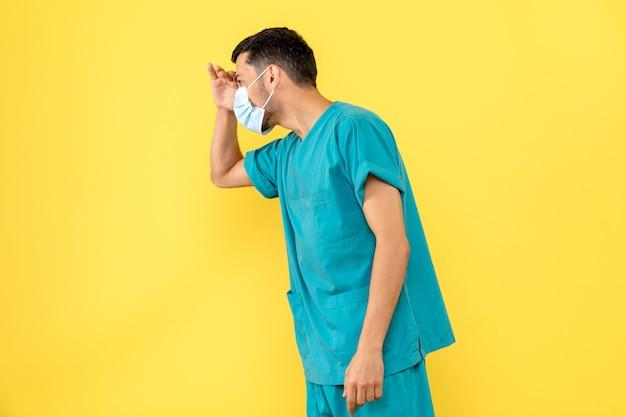Vue latérale d'un médecin masqué un médecin parle d'un patient atteint de coronavirus