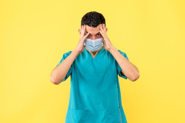 Vue latérale d'un médecin en masque