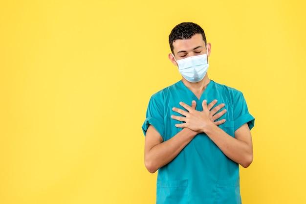 Vue latérale d'un médecin un médecin avertit les gens de la nouvelle vague de coronavirus