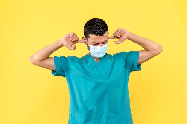 Vue latérale d'un médecin un médecin parle de maladies de l'oreille