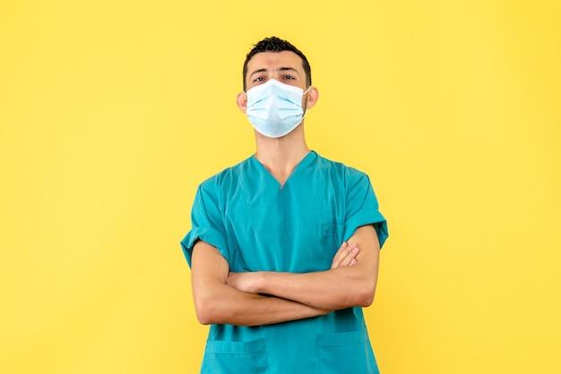 Vue latérale d'un médecin un médecin parle d'un nouveau vaccin contre le coronavirus