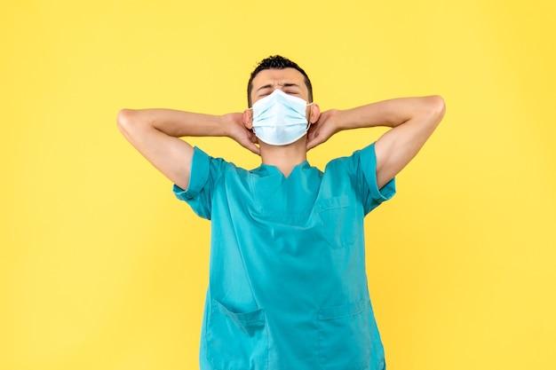Vue latérale d'un médecin un médecin pense à la pandémie de coronavirus