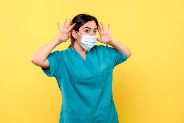 Vue latérale d'un médecin parle de se laver les mains pendant une pandémie