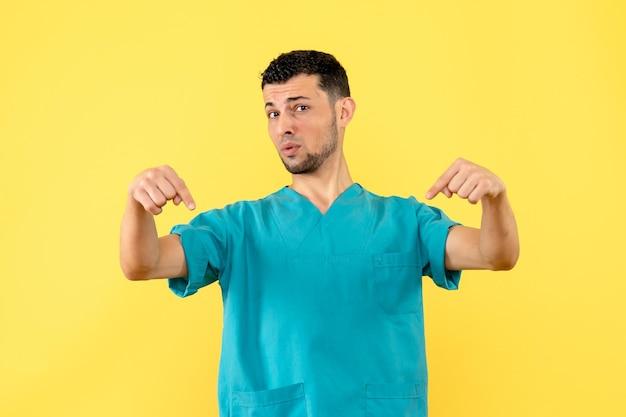 Vue latérale d'un médecin posant