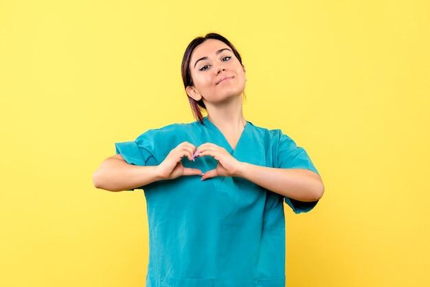 Vue Latérale D'un Médecin Souriant Médecin En Uniforme Soutient Les Malades Atteints Du Coronavirus Photo gratuit