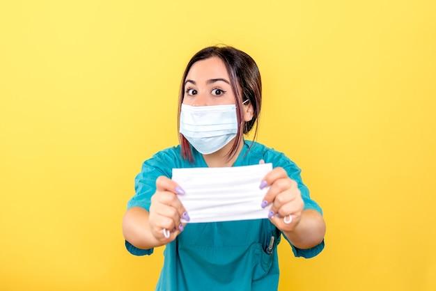 Vue latérale d'un médecin spécialiste des maladies infectieuses parle de masques pendant la pandémie de coronavirus