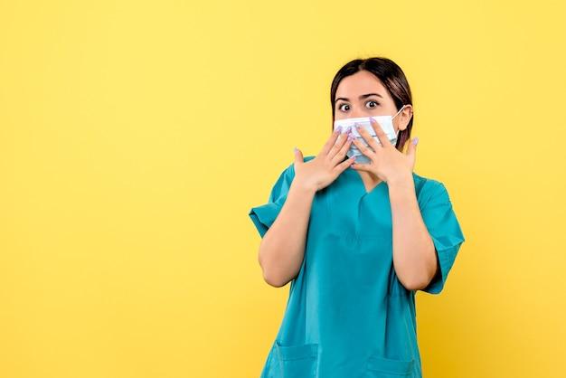 Vue latérale d'un médecin en uniforme médical est surpris
