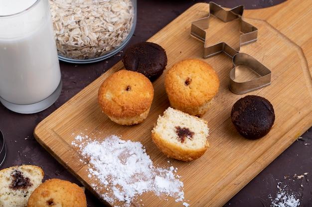 Vue latérale des muffins au chocolat sur une planche à découper en bois
