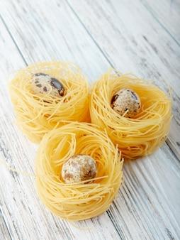Vue latérale des nouilles de vermicelles avec des œufs sur fond de bois avec copie espace