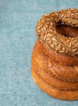 Vue latérale des pains de sésame turcs sur le côté droit et fond bleu avec copie espace