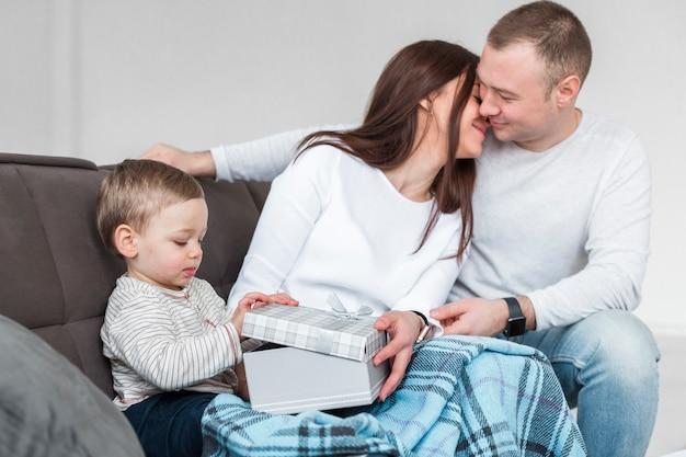 Vue latérale des parents heureux avec bébé