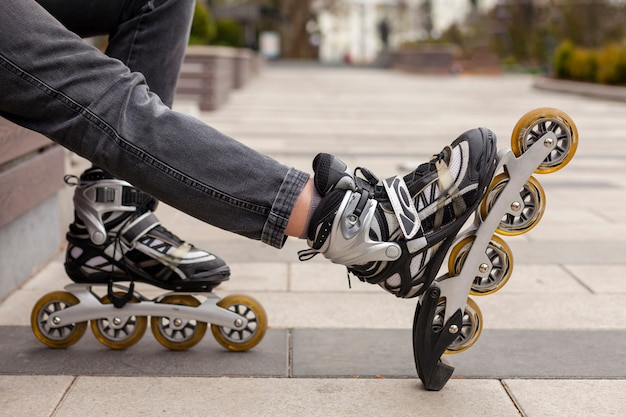 Vue latérale des patins à roues alignées