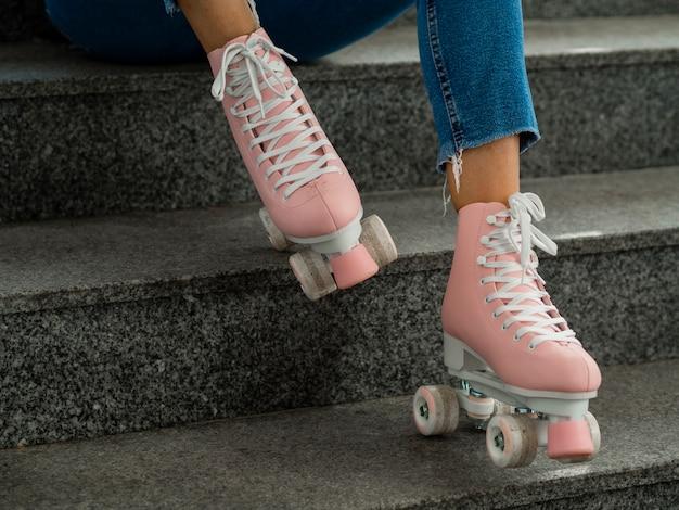 Vue latérale des patins à roulettes et des escaliers