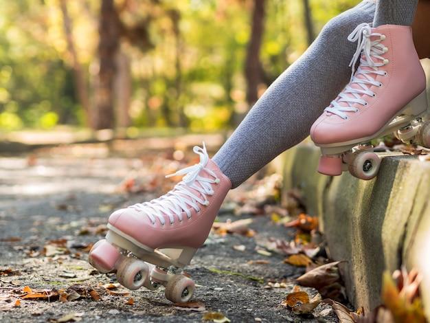 Vue latérale des patins à roulettes avec des feuilles