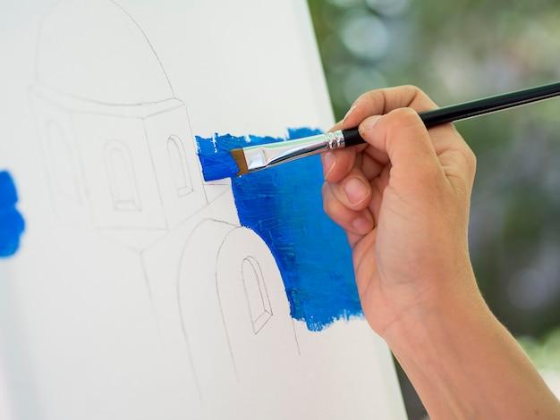 Vue latérale de la peinture de l'artiste