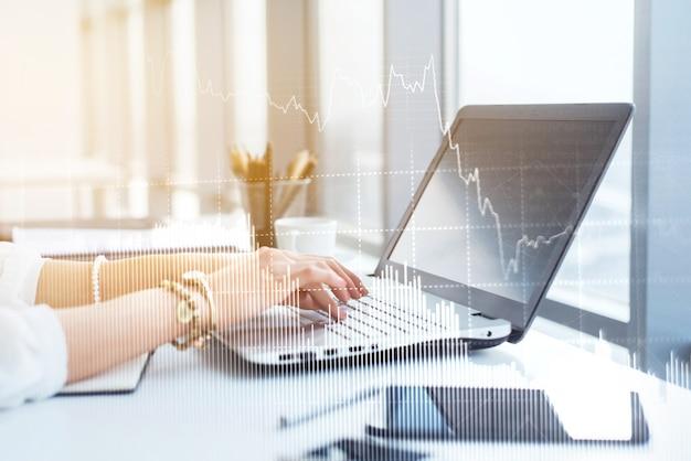 Vue latérale photo de mains féminines tapant, à l'aide d'un ordinateur dans un bureau léger. designer travaillant sur le lieu de travail, à la recherche de nouvelles idées.