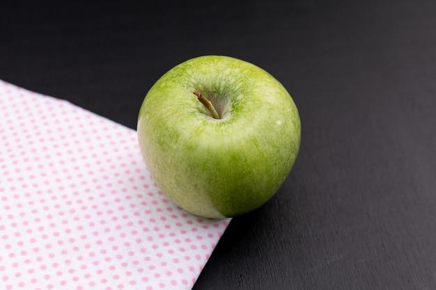 Vue latérale pomme verte sur bois noir