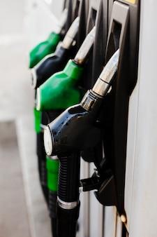 Vue latérale des pompes à essence pour le remplissage de voiture