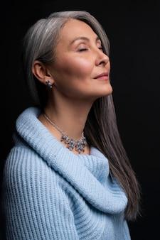 Vue latérale portrait de femme senior