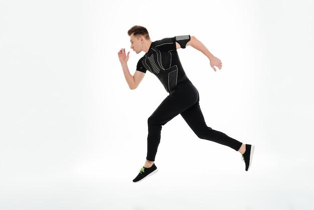 Vue latérale portrait en pied d'un jeune sportif concentré
