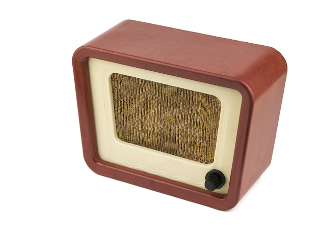 Vue latérale de la radio rétro isolée sur fond blanc. ingénierie radio du temps passé. design rétro.